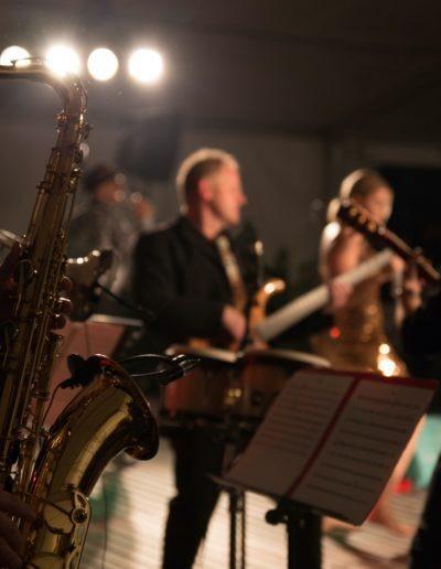 Saxophon mit Band auf Bühne
